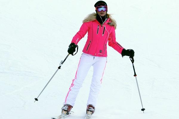 Yupp, that is Paris Hilton skiing at the Aspen.