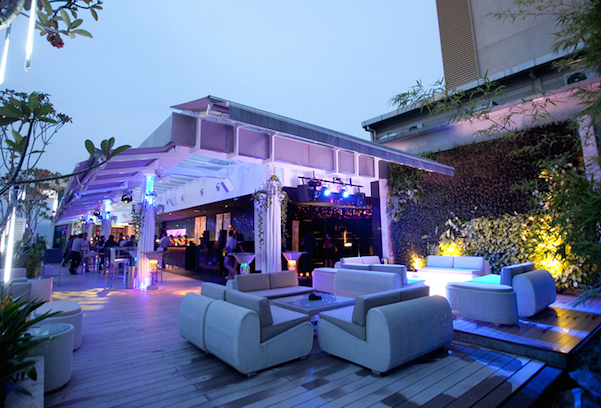 Get your pre-party boozy mood on with the rooftop bar. Don't get too tizzy!