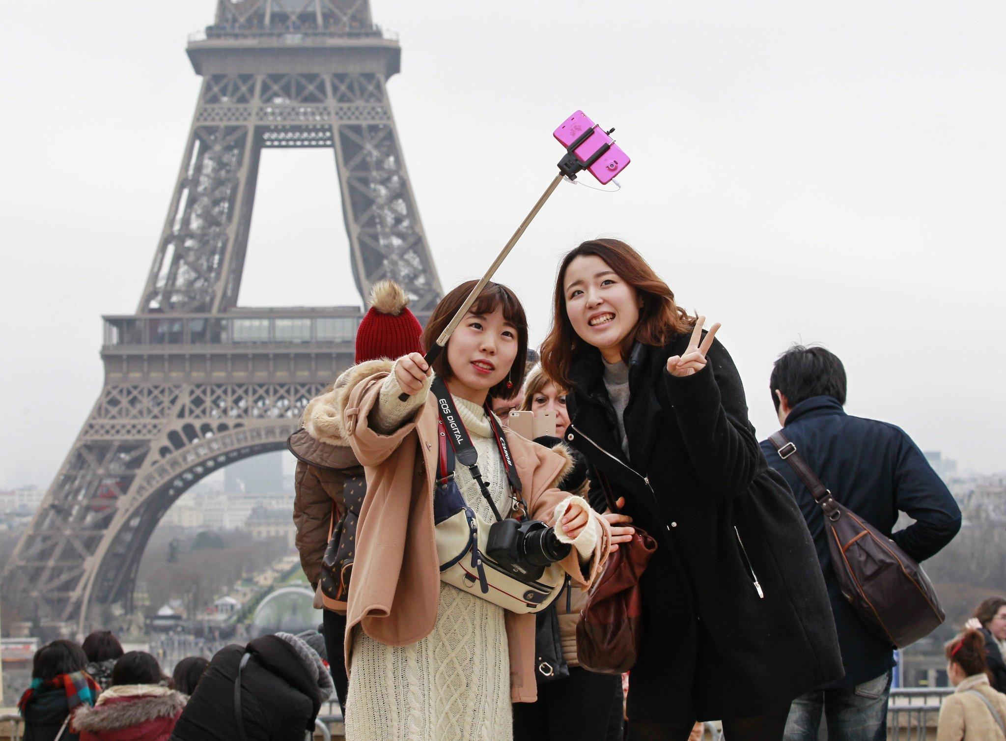 la-trb-selfie-stick-museums-ban-20150220