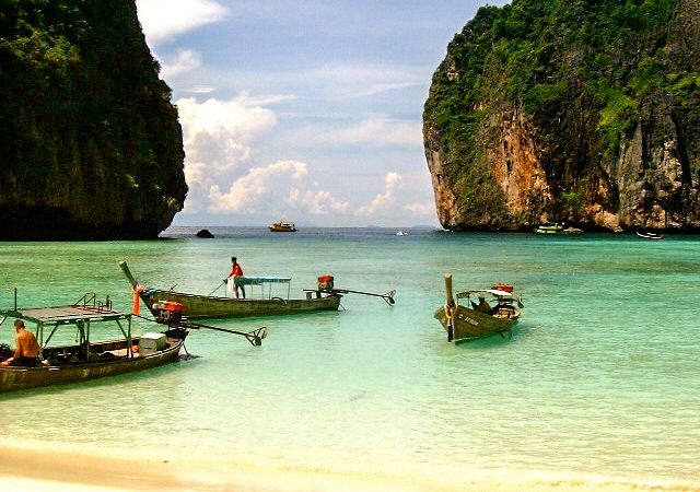 https://upload.wikimedia.org/wikipedia/commons/7/7d/Kho_Pippi-Maya_Beach.jpg