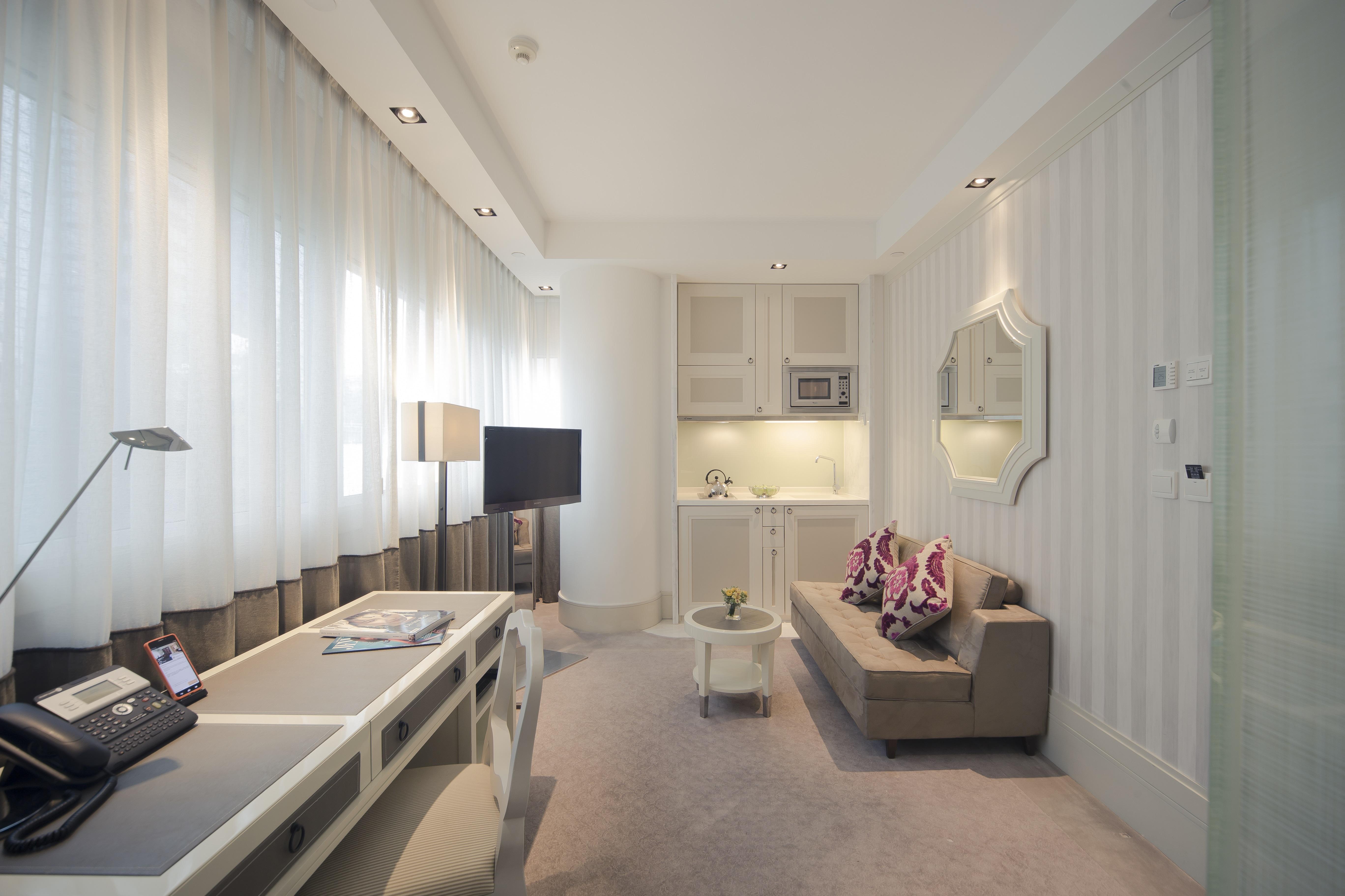 Deluxe Room 01 sitting area