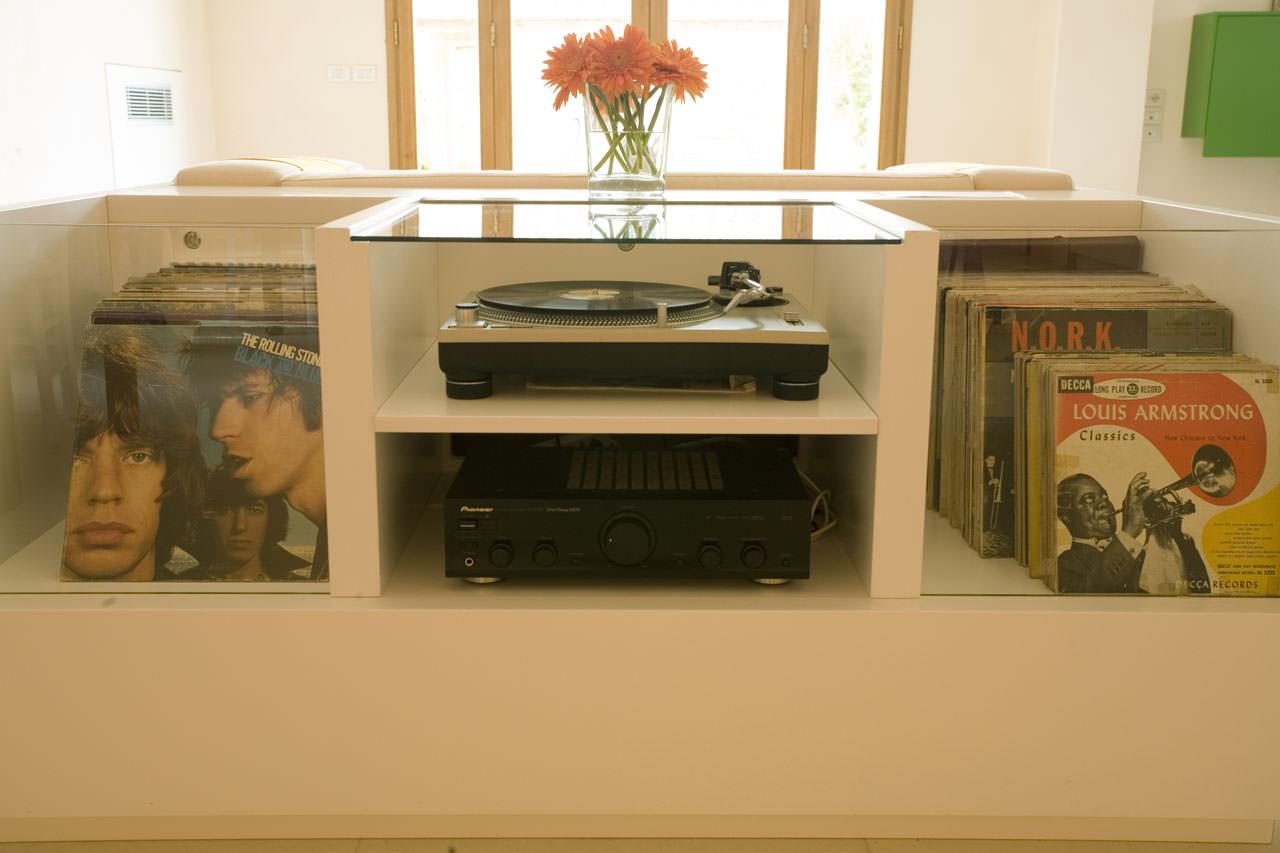 la-bandita-val-dorcia-stereo-cabinet