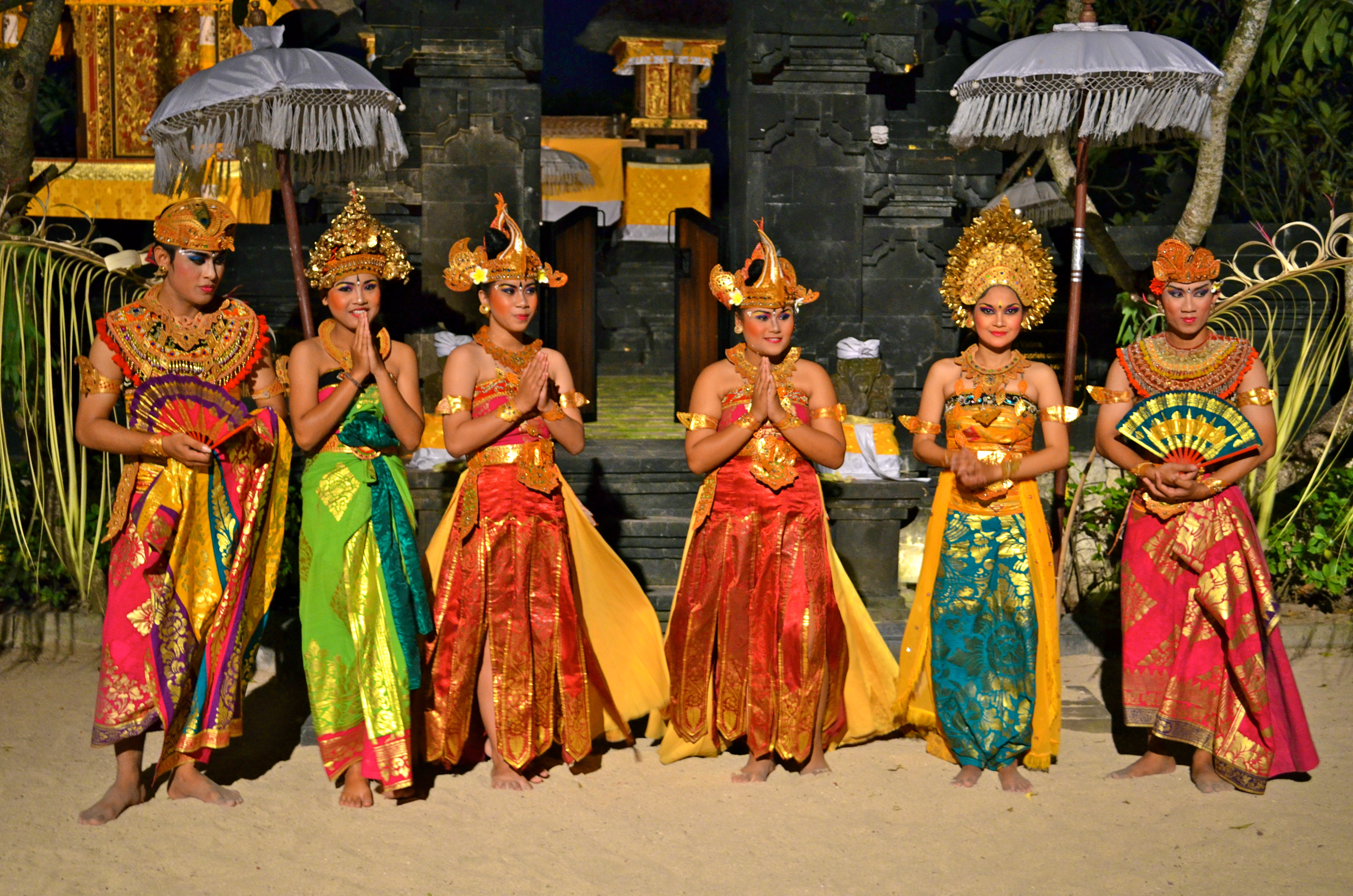 Balinese_Hindus_dressed_for_traditional_dance_Indonesia