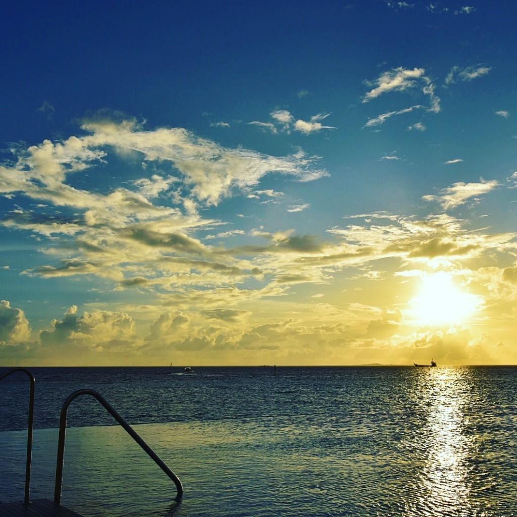 Baros_Maldives_Luxury_Resort_Paradise_House-infinity_pool_sunset-1024x1024
