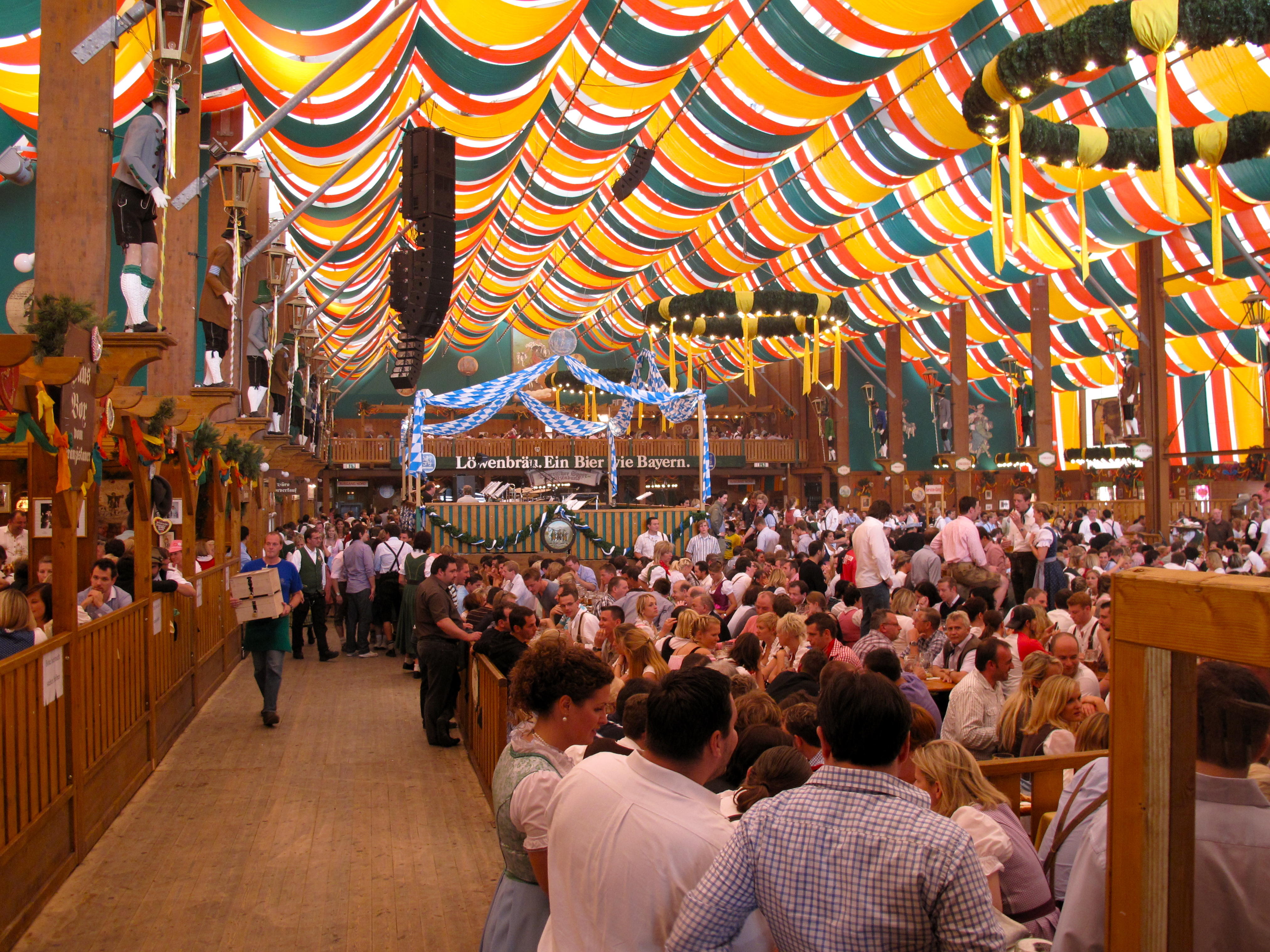 Oktoberfest_2009_Löwenbräu_Bierzelt