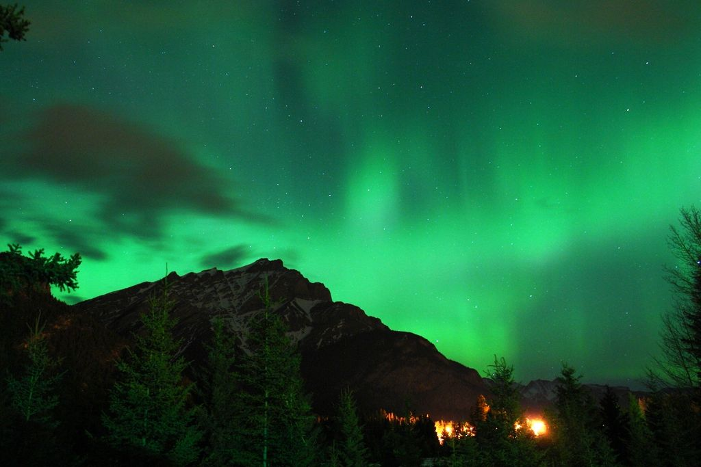1024px-Northern_lights_over_the_mountain