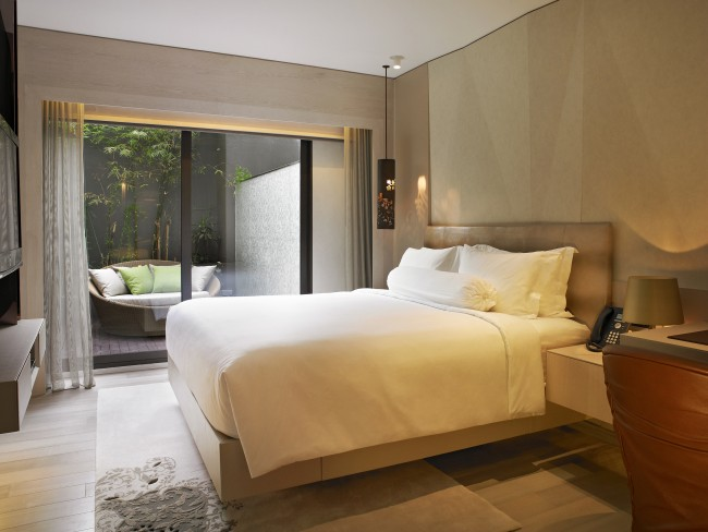 Patio-Room-at-Naumi-Hotel-Closeup-of-Outdoor-Terrace-e1450076835506