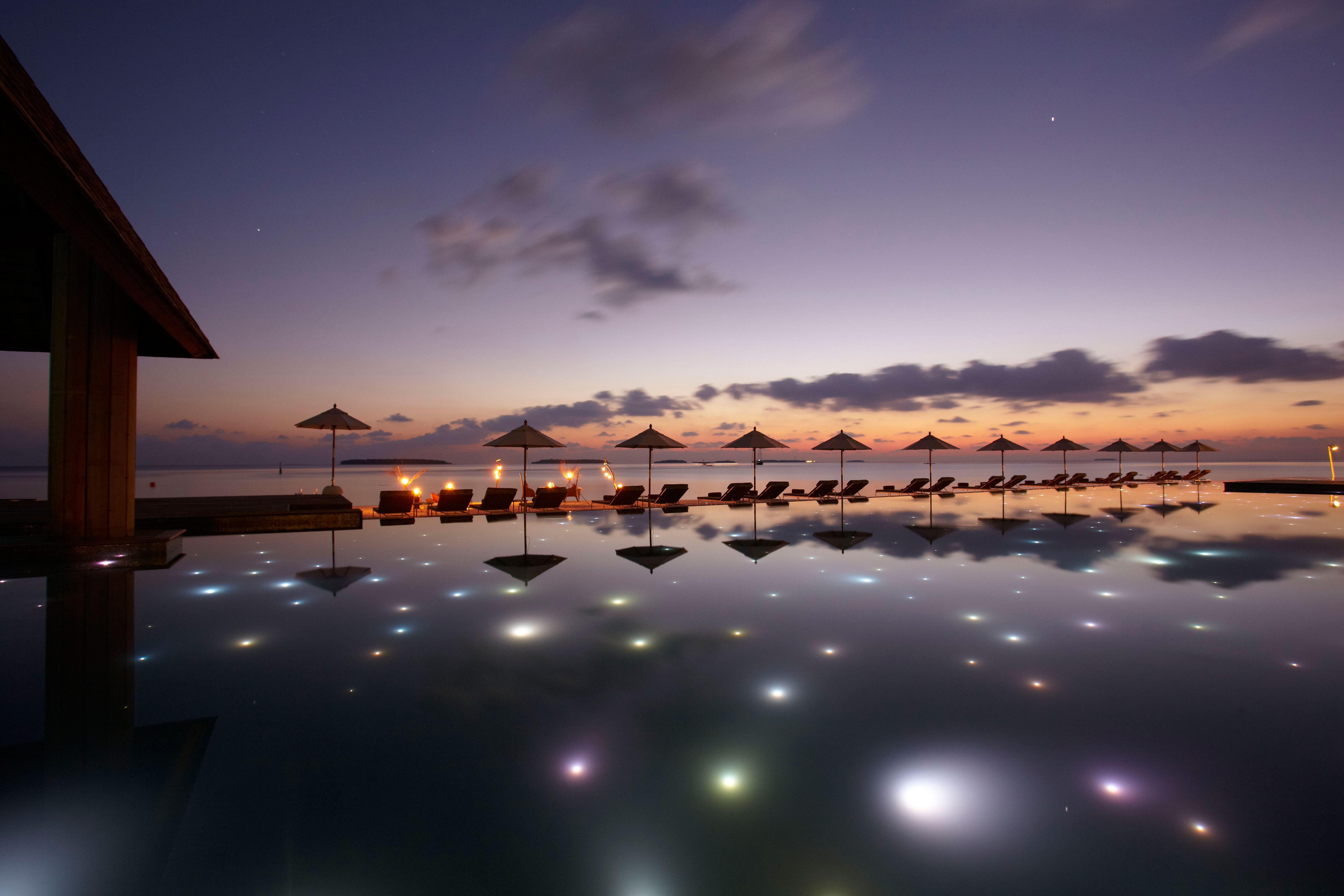43286907-h1-swimming_pool_at_night