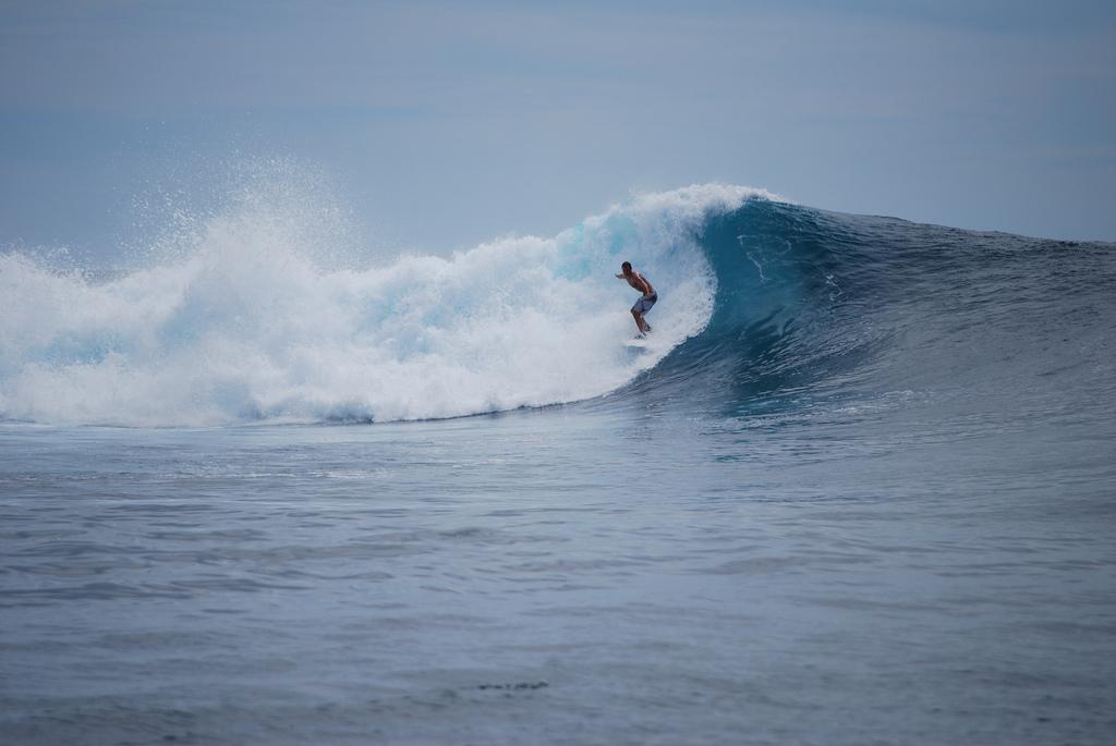 Surfers_explore_the_mentawai_islands