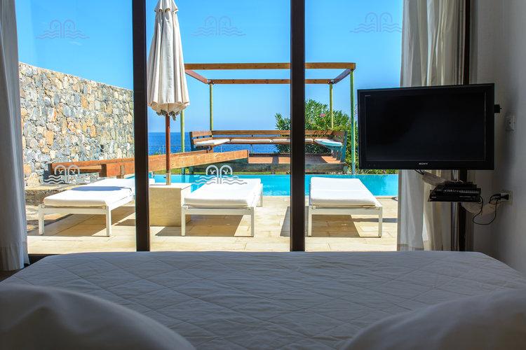 the-luxe-nomad-luxury-villas-crete-greece-st-nicolas-bay-resort-hotel-5